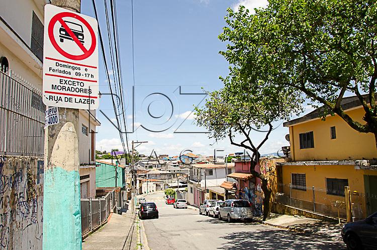 """Placa de sinalização indicando """"Ruas de Lazer"""" (proibido trânsito de veículos, domingos e feriados, das 09 – 17 h, exceto moradores), São Paulo - SP, 01/2015."""