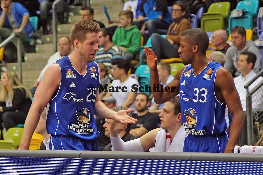 Jacob Burtschi und Jarred Dubois (Skyliners) klatschen ab - Fraport Skyliners vs. New Yorker Phantoms Braunschweig, Fraport Arena Frankfurt