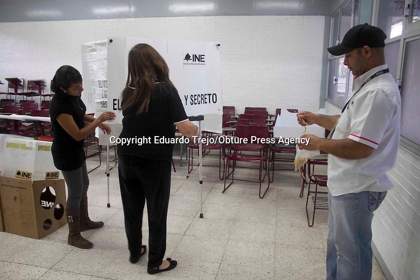 San Juan del Río, Qro. 7 junio 2015.- Hasta una hora de retraso y la molestia de la gente que acudió muy temprano a realizar su elección a los diferentes cargos de elección popular.