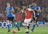 BOGOTÁ -COLOMBIA, 25-03-2017. Jonathan Gomez (Izq.) jugador de Santa Fe disputa el balón con Jhon Duque Arias (Der.) jugador del Millonarios durante el encuentro de vuelta entre Independiente Santa Fe y Millonarios partido aplazado por la fecha 2 de la Liga Aguila I 2017 jugado en el estadio Nemesio Camacho El Campin de la ciudad de Bogota. / Jonathan Gomez (L) player of Santa Fe struggles for the ball with Jhon Duque Arias (R) player of Millonarios during postponed match between Independiente Santa Fe and Millonarios for date 2 of the Aguila League I 2017 played at the Nemesio Camacho El Campin Stadium in Bogota city. Photo: VizzorImage/ Gabriel Aponte / Staff