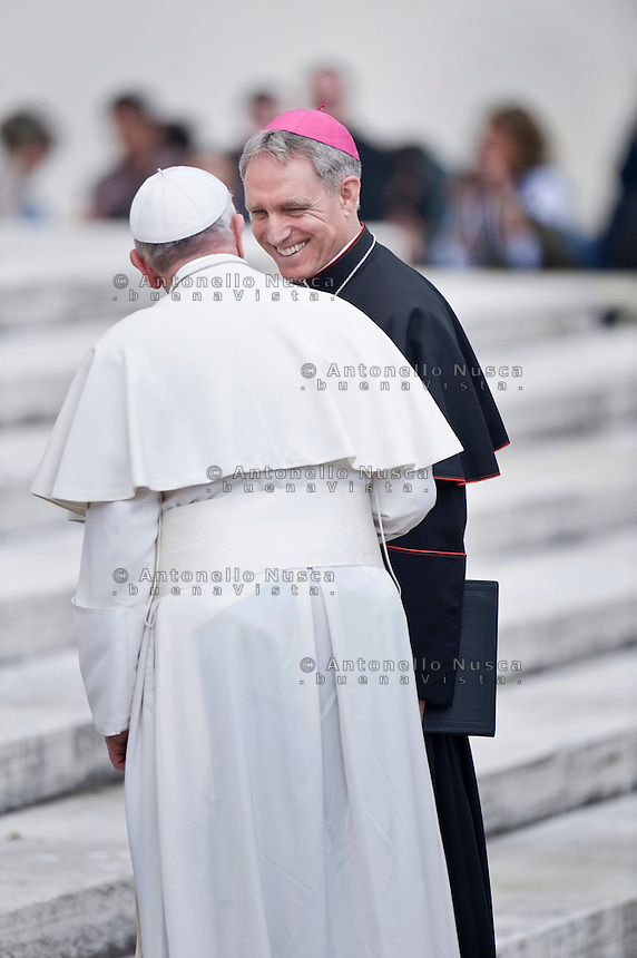 Città del Vaticano, 19 Marzo, 2014. Papa Francesco parla con il Prefetto della Casa Pontificia ed ex Segretario personale di Papa Benedetto XVI Georg Ganswein, al termine dell'Udienza Generale in Piazza San Pietro.  Pope Francis and Prefect of the Pontifical House and former personal secretary of Pope Benedict XVI, Georg Ganswein, attend the weekly audience in St. Peter's Square.