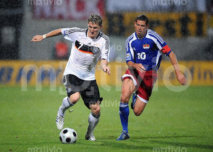 Fussball International   WM  2010  Qualifikation  Gruppe 4    06.09.2008 Liechtenstein - Deutschland Bastian Schweinsteiger (li, GER) gegen Mario Frick (LIE)