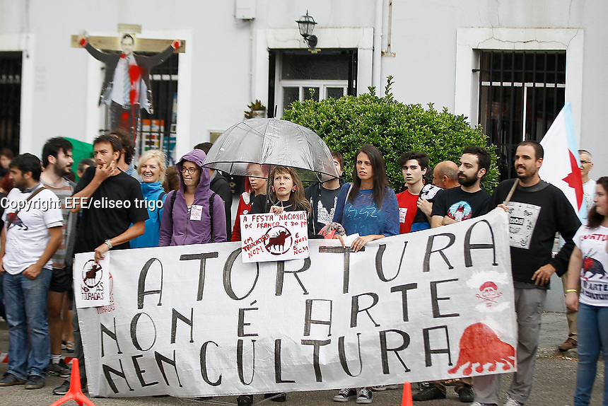 Fecha: 22-08-2015.-  Triacastela protesta por corrida de toros.