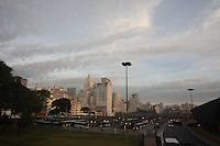 SAO PAULO, SP, 28/05/2012, CLIMA TEMPO. Sao Paulo amanhceu coberta por uma camada de nuvens nessa Segunda-feira (28).  Luiz Guarnieri/ Brazil Photo Press.
