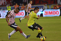 BARRANQUIILLA -COLOMBIA-24-11-2013. Jossymar Gómez (Izq.)de Atlético Junior disputa el balón con Alejandro Bernal (Der.) de Atlético Nacional durante partido por la fecha 3 de los cuadrangulares finales de la Liga Postobón II 2013 jugado en el estadio Metropolitano Roberto Meléndez de la ciudad de Barranquilla./ Atletico Junior  player Jossymar Gomez (L) fights for the ball with Atletico Nacional player Alejandro Bernal (R) during match for the 3rd date of final quadrangulars of the Postobon League II 2013 played at Metropolitano Roberto Melendez stadium in Barranquilla city.  Photo: VizzorImage/Alfonso Cervantes/STR