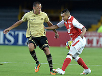 BOGOTÁ -COLOMBIA, 10-08-2013. Fernando Cardenas (D) de Santa Fe disputa el balón con Brayner Garcia (I) de Itaguí durante partido  por la fecha 3 de la Liga Postobon II 2013 disputado en el estadio el Campín de la ciudad de Bogotá./ Santa Fe player Fernando Cardenas (R) fights for the ball with Itaguí player Brayner Garcia (L) during match of the third date for the Postobon League II 2013 played at El Campin stadium in Bogotá city. Photo: VizzorImage/Gabriel Aponte/STR