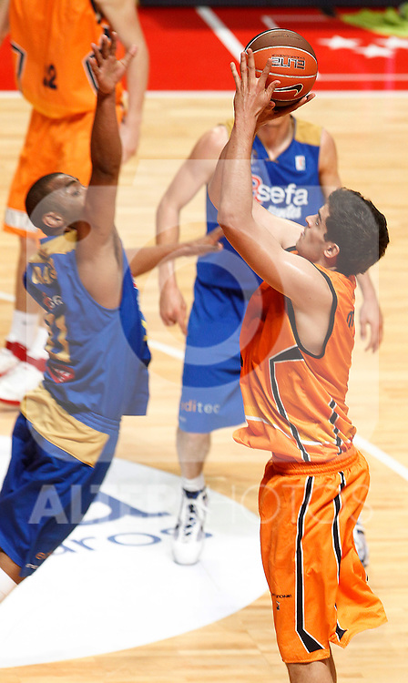 Asefa Estudiantes' Jayson Granger (l) and Fuenlabrada's Leo Mainoldi during ACB League match.April 10,2011. (ALTERPHOTOS/Acero)