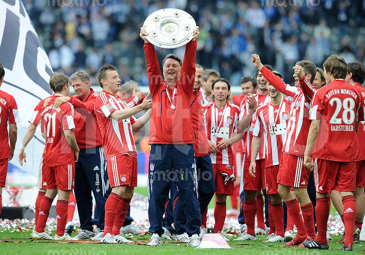 Fussball 1. Bundesliga :  Saison   2009/2010   34. Spieltag   Hertha BSC Berlin - FC Bayern Muenchen    08.05.2010 JUBEL Ivica Olic, Trainer Louis van Gaal, Danijel Pranjic (v.li., FCB)