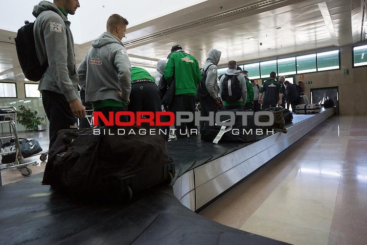 Airport, Jerez, ESP, 1.FBL, Trainingslager Werder Bremen 2014,  08.01.2014, <br /> <br /> Spieler in Jerez am Gep&auml;ckband<br /> <br /> Foto &copy; nordphoto/ Kokenge