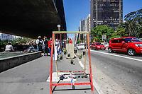 ATENCAO EDITOR FOTO EMBARGADA PARA VEICULO INTERNACIONAL - SAO PAULO, SP, 29 DE SETEMBRO 2012 - CAVALETE PARADE - AVENIDA PAULISTA - Exposicao de cavaletes personalizados sao vistos por diversos pontos da Avenida Paulista neste sábado, 29. O Cavalete Parede aproveita cavaletes colocados irregularmente pela cidade, com a intenção de chamar atenção dos candidatos que nao respeito os horarios e locais adequados. FOTO: WILLIAM VOLCOV - BRAZIL PHOTO PRESS