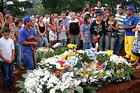 S&Atilde;O PAULO,SP 27 FEVEREIRO 2012 ENTERRO GAROTO JET SKY<br /> Familiares do garoto Mitchel de Carvalho que morreu no domingo em uma acidente de jet sky em uma represa dentro do Clube N&aacute;utico Tahit durante o enterro realizado na terde de hoje no cemiterio da vila formosa na zona leste.FOTO ALE VIANNA/BRAZIL PHOTO PRESS.