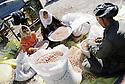 Irak 2000.Halabja: Famille faisant le tri de cacahuettes dans la cour de la maison    2000.Halabja: Sorting peanuts in a family