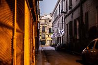 Una via di Orano, notturno, profilo di passante in lontananza