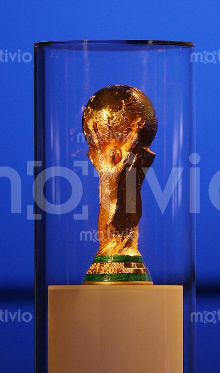 Fussball WM 2006: 56. FIFA - Kogress am 07.06.06. in Muenchen. WM Pokal steht auf der Boehne
