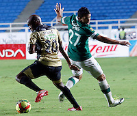 CALI -COLOMBIA-27-02-2014. Nestor Camacho (Der) del Deportivo Cali disputa el balón con Tresor Moreno (Izq) de Itaguí durante partido por la fecha 8 de la Liga Postobón I 2014 jugado en el estadio Pascual Guerrero de la ciudad de Cali./ Deportivo Cali player Nestor Camacho (R) fights for the ball with Itagui player Tresor Moreno (L) during match for the 8th date of Postobon League I 2014 played at Pascual Guerrero stadium in  Cali city.Photo: VizzorImage/ Juan C. Quintero /STR