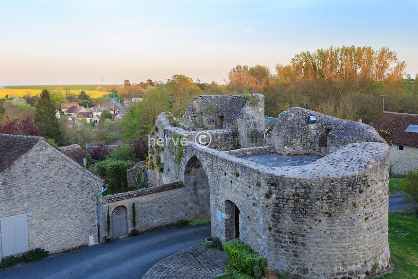 France, Loiret (45), Y&egrave;vre-la ville, ancienne commune de Y&egrave;vre-le-Ch&acirc;tel, class&eacute;e dans les Plus Beau Village de France, la poterne d'entr&eacute;e du ch&acirc;teau // France, Loiret, Yevre la ville, Yevre le Chatel,, labelled Les Plus Beaux Villages de France (The Most beautiful<br /> Villages of France), the castle postern