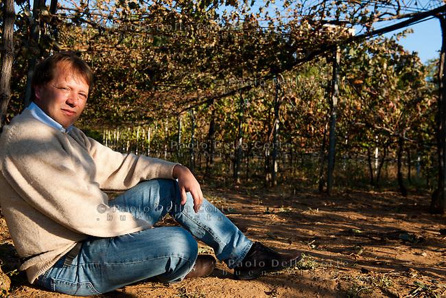 Stolac-In questo villaggio della Bosnia Erzegovina, Alberto Moia e Marco Caprai con la ONG Oxfam hanno dato vita alla Cantina Daorson, producendo un ottimo vito bianco la Zilavca e la Blatina, un vino rosso. NELLA FOTO: ALBERTO MOIA agronomo e responsabile del progetto.