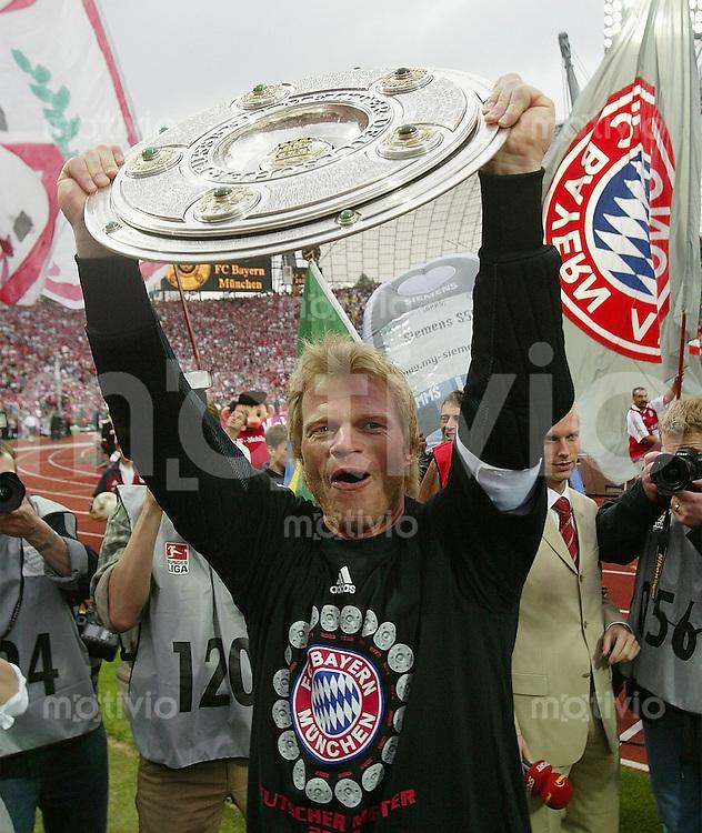 FUSSBALL 1. Bundesliga Saison 2002/2003  33. Spieltag FC Bayern Muenchen - VfB Stuttgart JUBEL mit Meisterschale Oliver Kahn