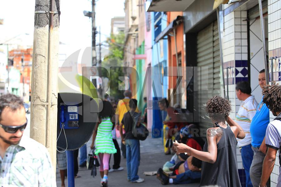 SAO PAULO, SP, 13 DE JANEIRO DE 2012 - CRACOLANDIA - Padre Jucio Lancelotti acompanha a operacao da Policia Militar, que aborda grupos de usuarios de crack na que voltaram a ocupar a região conhecida como Cracolandia, centro da cidade, nesta manha de sexta-feira (12).FOTO RICARDO LOU - NEWS FREE