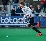 AMSTELVEEN - Brent van Bijnen (Adam) met Alexander Hendrickx (Pinoke) tijdens de competitie hoofdklasse hockeywedstrijd heren, Pinoke-Amsterdam (1-1)   COPYRIGHT KOEN SUYK