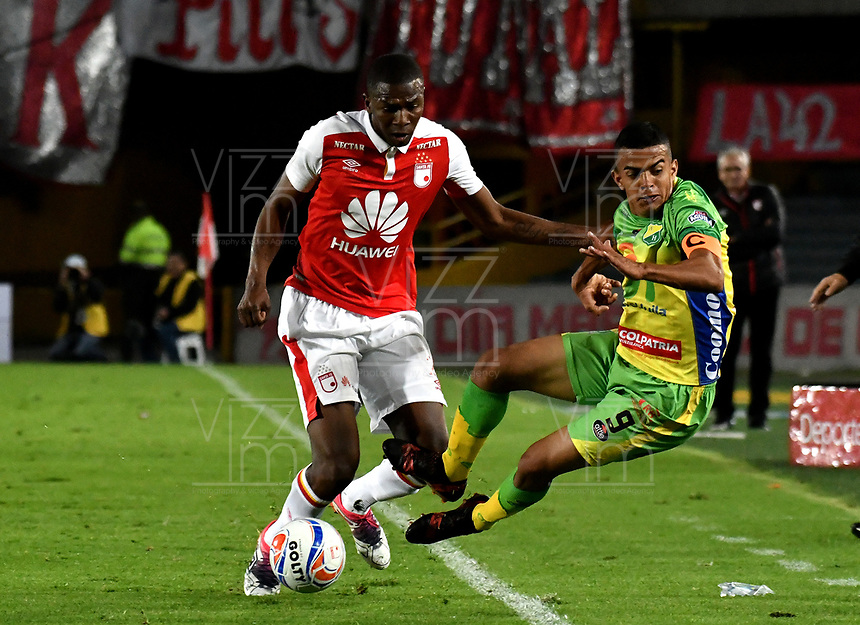 BOGOTA - COLOMBIA - 17 - 03 - 2018: Javier Lopez (Izq.) jugador de Independiente Santa Fe, disputa el balón con Omar Duarte (Der.) jugador de Atletico Huila, durante partido de la fecha 9 entre Independiente Santa Fe y Atletico Huila, por la Liga Aguila I 2018, en el estadio Nemesio Camacho El Campin de la ciudad de Bogota. / Javier Lopez (Izq.) player of Independiente Santa Fe struggles for the ball with Omar Duarte (R) player of Atletico Huila, during a match of the 9th date between Independiente Santa Fe and Atletico Huila, for the Liga Aguila I 2018 at the Nemesio Camacho El Campin Stadium in Bogota city, Photo: VizzorImage / Luis Ramirez / Staff.