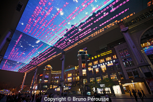 Asie, Chine, Beijing, quartier des affaires, écran géant LED au centre commercial the Place//Asia, China, Beijing, central business district, giant LED screen at the Place shopping mall