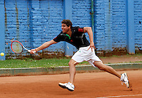 MANIZALES-COLOMBIA. 11-11-2014. El colombiano Hernan Ariza alista su raqueta para responder al manizaleño Alexander Pérez con quien perdió  6/4 6/1 en primera ronda del Torneo Copa Caldas, durante El Torneo Internacional de Tenis Copa Caldas, que entrega 15 mil dólares al ganador y puntos en la ATP. El torneo es del 8 al 15 de noviembre en Manizales./ Hernan Ariza of Colombia enlist his racket to answer the ball to manizaleño Alexander Perez with who lost 6/4 6/1 at first round of the Copa Caldas tournament. The event gives U$ 15.000 to the winner and point ATP and will be held between 8 to 15 of November 2014 in Manizales city. Photo: VizzorImage/Santiago Osorio/STR
