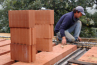 Operai edili costruiscono una casa..Construction workers build a house....