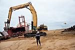 Démantèlement Du TK Bremen par l'entreprise Euro Démolition sur la plage d'Erdeven