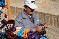 Strickender Mann  in der Altstadt Ichan Qala, Chiwa, Usbekistan, Asien<br /> knitting man in the  hitoric city Ichan Qala, Chiwa, Uzbekistan, Asia