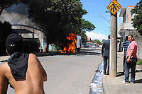 SAO JOSE DOS CAMPO, SP, 23 DE JANEIRO DE 2012.Caminhao da Fundasj pega fogo em frente a  Biblioteca Comunitaria Jansen Filho que foi atacada ontem no Bairro do Pinheirinho(FOTO: ADRIANO LIMA - NEWS FREE).