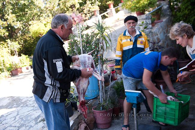 Fishtë (Albania) - Ristorante Mrizi i Zanave. Sono le otto del mattino e già Altin Prenga lo chef è impegnato con la processione di fornitori che quotidianamente passa di lì.