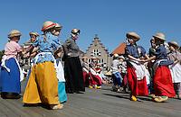 Schagen-   Tijdens de jaarlijkse  Westfriese Folkloredagen dragen veel inwoners klederdracht.  Dansen bij de kerk op het Marktplein