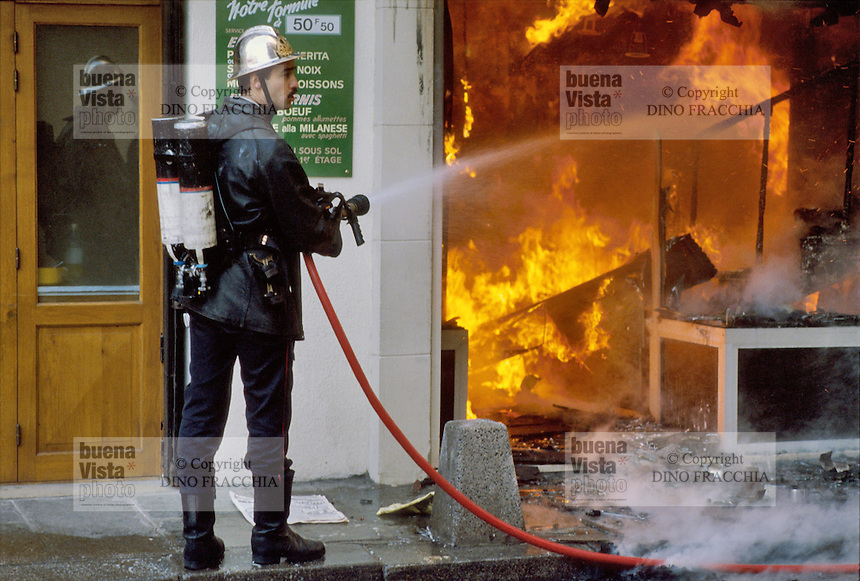 - Paris, Fire Department in action ....- Parigi, vigili del fuoco in azione