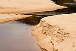 Rio cortando as areias da praia em direção ao mar - Paisagens brasileiras