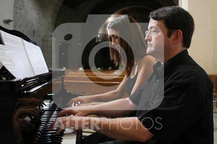 La pianista espanola Raquel Cobo y el pianista Frances Thierry Delacour durante una sesion de ensayo.August 8 2009. (ALTERPHOTOS/Acero).