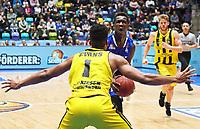 Isaac Bonga (Fraport Skyliners) gegen Dwayne Evans (MHP Riesen Ludwigsburg) - 04.02.2018: Fraport Skyliners vs. MHP Riesen Ludwigsburg, Fraport Arena Frankfurt