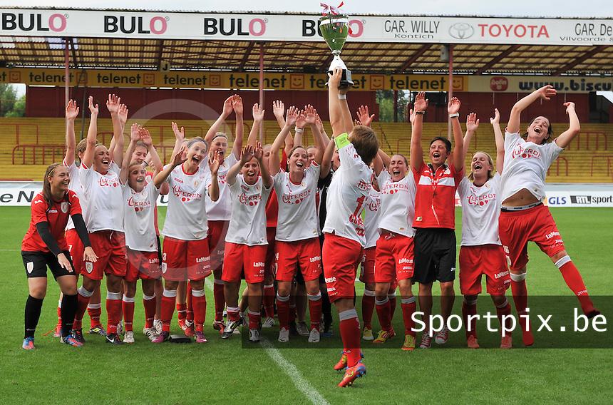 BeNe Supercup 2012 ; Standard Femina De Liege - Ado Den Haag : de winnaars poseren met hun Bene Supercup beker.foto DAVID CATRY / Vrouwenteam.be