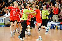 Schlussjubel der Spielerinnen vom Leverkusen, vorne Natalie Hagel (TSV, links Kim Naidzinavicius (TSV)