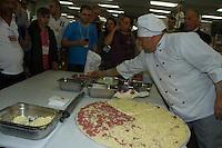 SAO PAULO 10 DE JULHO DE 2013 - Pizza de 85 centimetro é servida nesta quarta-feira (10) e comemorado o dia da pizza em evento voltado a pizzarias realizado no Anhembi região norte de São Paulo. (Foto: Amauri Nehn/Brazil Photo Press)
