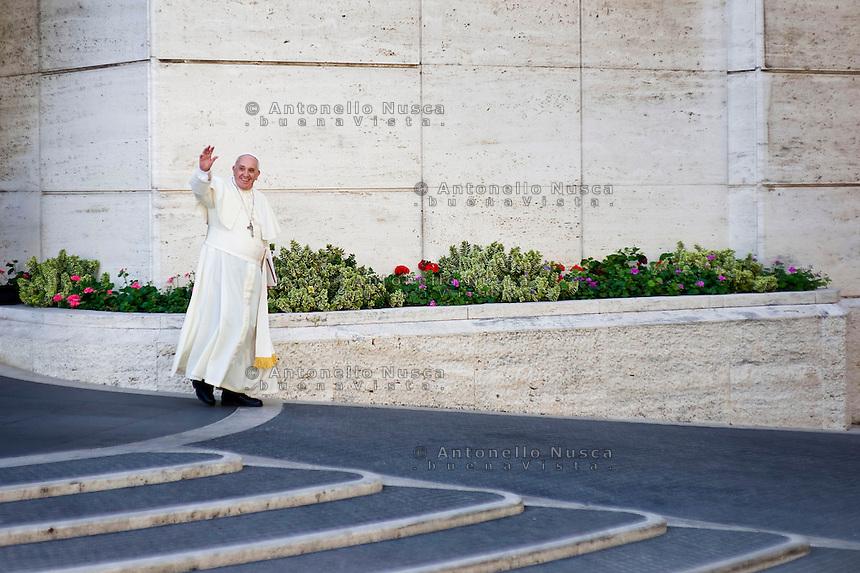 Papa Francesco lascia l'aula del Sinodo in Vaticano al termine della sessione mattutina del Sinodo sulla famiglia.. Pope Francis leaves the Synod Hall at the end of a session of the Synod on the themes of family. (Antonello Nusca/Polaris)