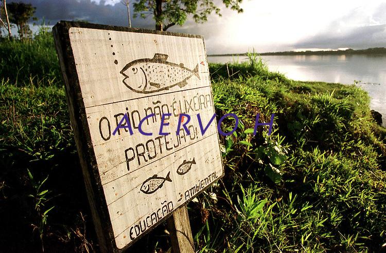 """A frente da comunidade de Nova Betel as margens do rio Japur·, as placas de alerta pela preservaÁ""""o do rio feitas pelos prÛpios moradores.<br /> Mamirau·, Amazonas, Brasil.<br /> 12/04/2001.<br /> Foto Paulo Santos/Interfoto"""