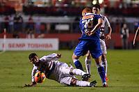 SÃO PAULO, SP, 20 DE JULHO DE 2013 - CAMPEONATO BRASILEIRO - SÃO PAULO x CRUZEIRO: Denilson (e) e Souza (d) durante partida São Paulo x Cruzeiro, válida pela 8ª rodada do Campeonato Brasileiro de 2013, disputada no estádio do Morumbi em São Paulo. FOTO: LEVI BIANCO - BRAZIL PHOTO PRESS.