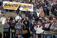 Roma, 8 Aprile 2005.Circo Massimo.Fedeli radunati per seguire i funerali di Papa Giovanni Paolo II.Rome, April 8, 2005.Circus Maximus.Faithful gathered to follow the funeral of Pope John Paul II.Santo subito!.Holy now.