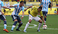 BARRANQUILLA  -COLOMBIA , 17 ,NOVIEMBRE-2015. Carlos Bacca jugador de Colombia   disputa el balon con Sergio Romero  de Argentina    por la fecha 4 de las eliminatorias para el mundial de Rusia 2018 jugado en el estadio Metropolita Roberto Meléndez./ Carlos Bacca of Colombia fights for the ball with Sergio Romero of Argentina  during   a match between Colombia and Argentina as part of FIFA 2018 World Cup Qualifier fourt date at Metropolitano Roberto Melendez Stadium on November 17, 2015 in Barranquilla, Colombia. Photo: VizzorImage / Felipe Caicedo / Staff