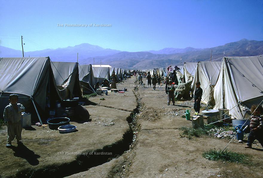 Iran 1974.Le camp de Ziweh et les tentes pour les refugies kurdes irakiens.Iran1974.Camp of Ziweh and tents for the Iraqi Kurdish refugees