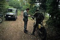 Forestali controllano i documenti di un cacciatore..Forestry control the documents of a hunter...