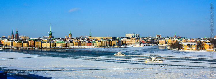 Djurgårdsfärjor i isen Gamla stan Stockholms ström Stockholm