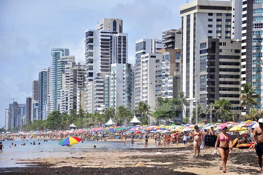 RECIFE, PE, 24 DE FEVEREIRO 2013 -CLIMA TEMPO PRAIA DE BOA VIAGEM - Movimentação de banhistas na Praia da Boa Viagem, zona Sul do Recife,  neste domingo. FOTO LÍBIA FLORENTINO - BRAZIL PHOTO PRESS
