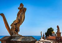 Frankreich, Provence-Alpes-Côte d'Azur, Menton: Skulpturen auf dem Cimetière du Vieux Château oberhalb der Altstadt | France, Provence-Alpes-Côte d'Azur, Menton: sculptures at Cimetière du Vieux Château above old town